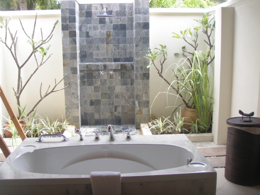 Kurumba hotel bathroom