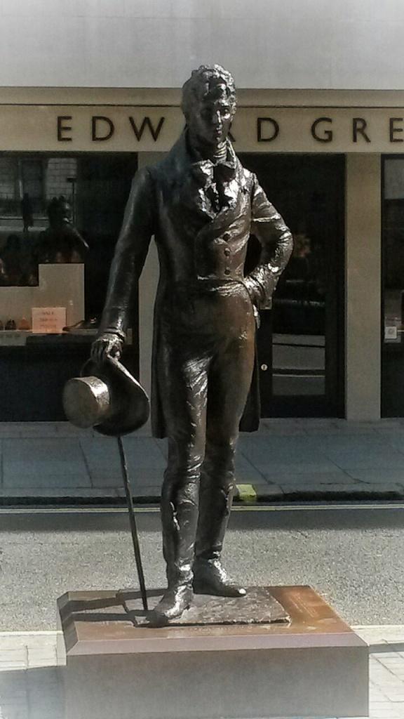 Beau Brummell Suit Hat Statue